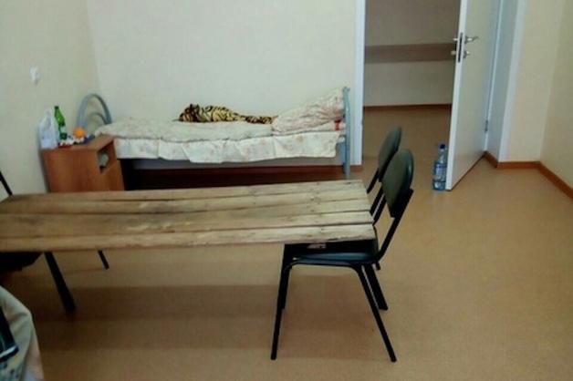 В пензенской больнице пациентов кладут на «кровати» из досок и стульев