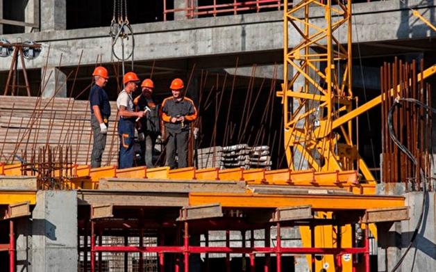 Строителям домов, на достройку которых бюджет выделил 30 млрд рублей, задерживают зарплату