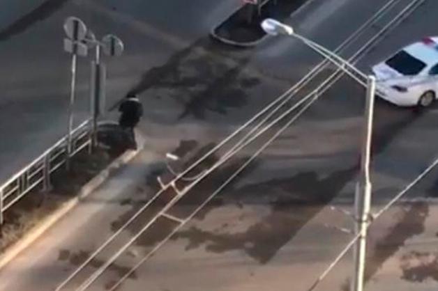 «Уйди»: краснодарцу не дали перейти дорогу перед кортежем Медведева