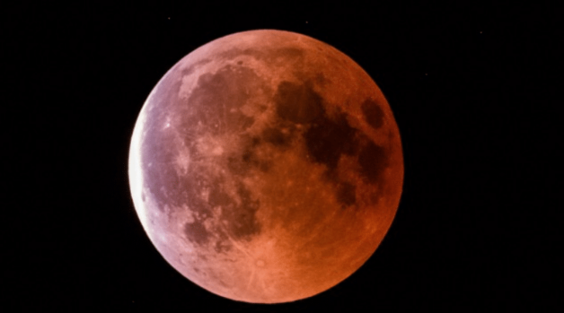 Землю накрыло ''кровавое'' лунное затмение: фантастические фото