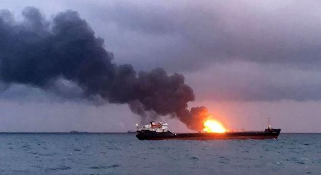 «Там творится что-то жуткое»: У берегов Крыма в Черном море горят два судна