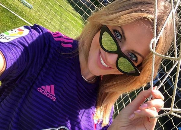Леся Никитюк заинтриговала образом футбольной фанатки