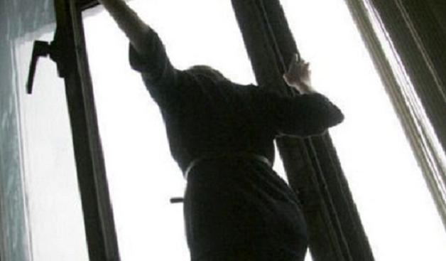 В Энергодаре 12-летнюю девочку выбросили из окна, разыскивают мать