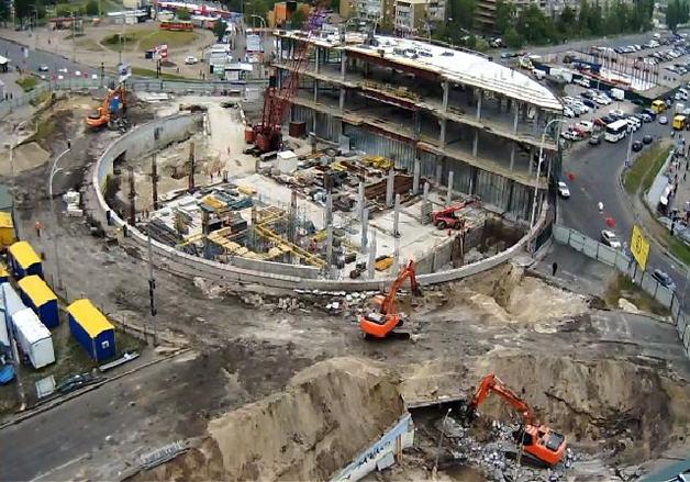 СМИ: В Киеве возле метро «Героев Днепра» строители ТРЦ разрушают подземные переходы