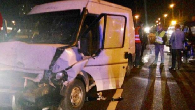 В Киеве фургон врезался в автомобиль дорожной службы, два человека получили травмы