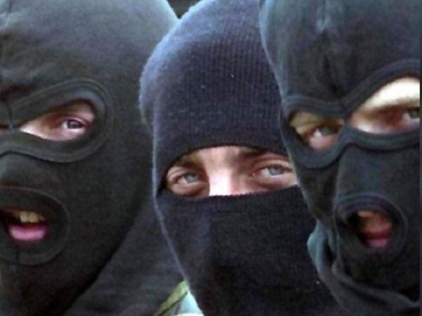 Наглое ограбление под Харьковом: бандиты в балаклавах и с оружием вынесли из дома миллион