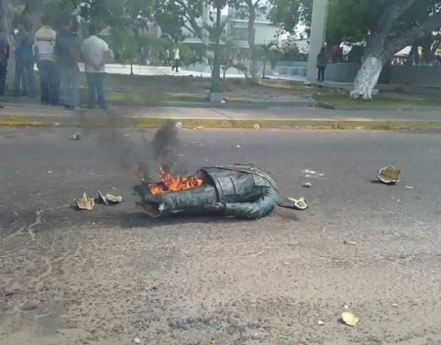 Падение идолов: В Венесуэле повалили и сожгли статую Уго Чавеса