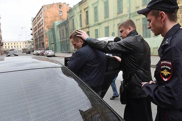 Арестованы подозреваемые в передаче взятки бывшему вице-губернатору Петербурга Марату Оганесяну