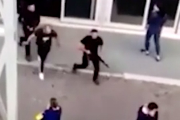 Камера сняла на видео мужчин, открывших стрельбу в тюменском ТЦ «Кристалл»