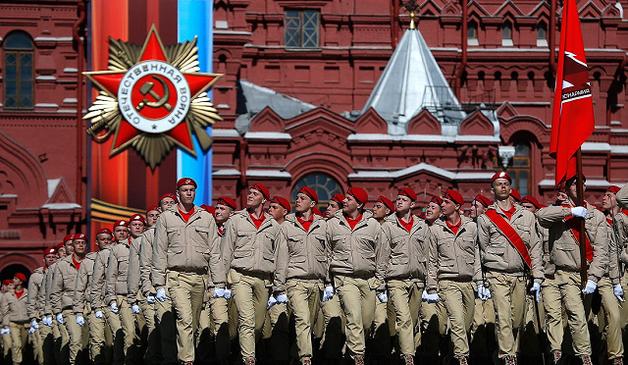 «Дедывоевали»: в России дорожную яму засыпали плитой с именами героев Великой Отечественной