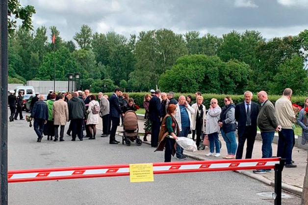 Полиция перекрыла Серафимовское кладбище Петербурга, где хоронят погибших моряков