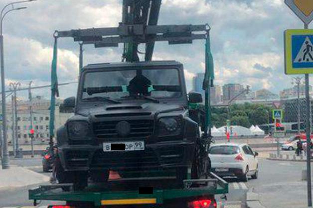 Тюнингованный Gelandewagen Кокорина с номером серии «ВОР» эвакуировали за нарушение правил стоянки