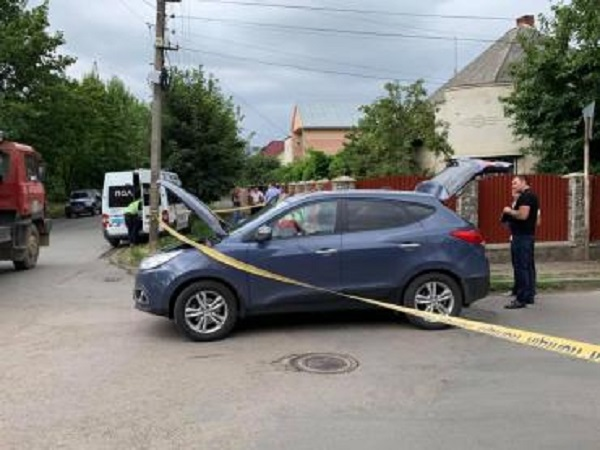 В Ужгороде обстреляли машину начальника УЗЭ: есть раненый