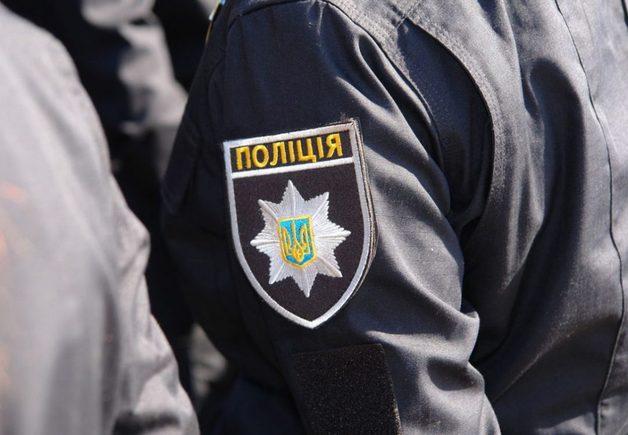В Харькове грабитель с ножом пытался угнать авто, врезался в столб и попал в больницу
