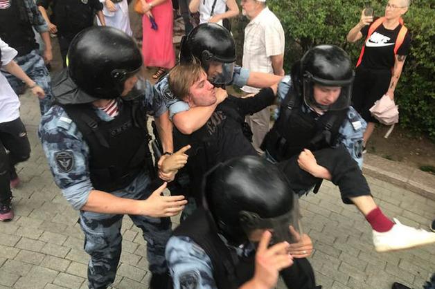 Россияне стали чаще испытывать раздражение, страх и стыд по отношению к власти