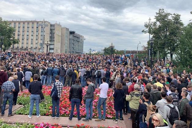 Сотни человек вышли на акцию против снятия независимых кандидатов с выборов в Мосгордуму