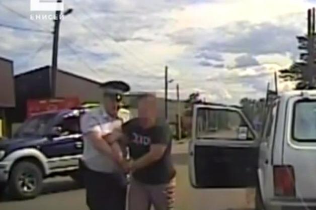 Пьяная женщина без прав избила полицейского и разбила окно патрульной машины
