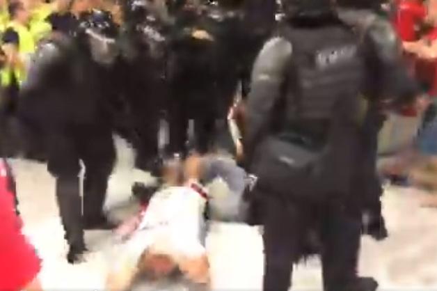 В Ростове ОМОН избил дубинками футбольных болельщиков