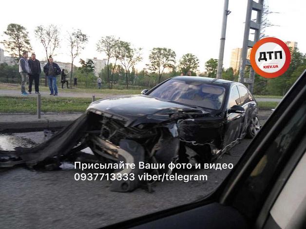 В Киеве водитель разбил Mercedes и сбежал, оставив в авто трех девушек