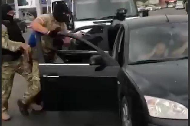 Взвывшие при 30-секундном задержании кавказцы оказались торговцами оружия