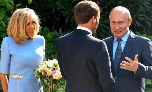 На сайте Кремля отредактировали речь Макрона во время его встречи с Путиным. Из нее полностью исчезло слово «выборы»