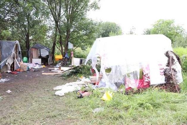Суд освободил от наказания двух хулиганов напавших год назад на табор ромов во Львове