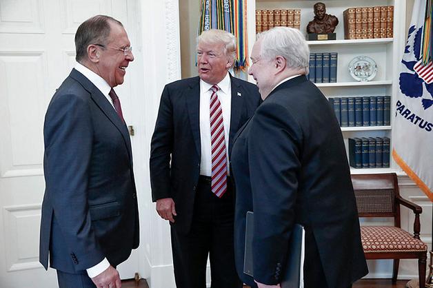 Трамп ведет себя с Путиным, как завербованный агент с куратором