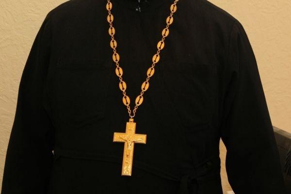 На митинге УПЦ МП под Радой заметили священника с пачкой денег