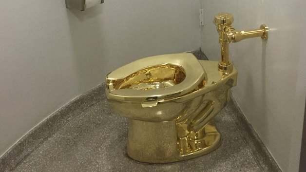 В Британии украли золотой унитаз из дома, где родился Черчилль