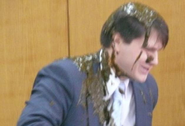 Ведро испражнений вылил на судью пенсионер в знак протеста против коррупции