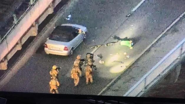 Спецназ на бронетехнике взял штурмом экс-военного, угрожавшего взорвать мост Метро