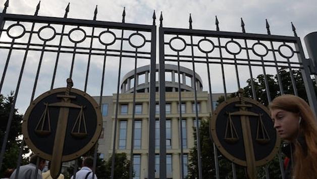 Мосгорсуд отпустил под домашний арест семерых таможенников аэропорта Домодедово, обвиняемых во взятке