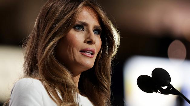 Мелания Трамп во второй раз публично отказалась взять мужа за руку