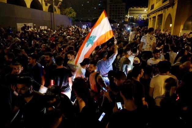 Массовые протесты вынудили власти Ливана отменить налог на WhatsApp
