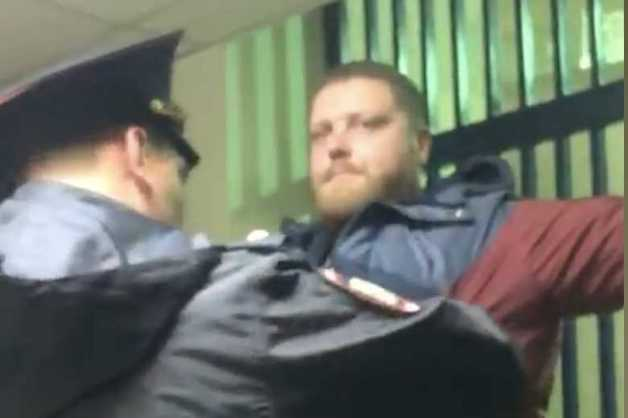 Опубликовано видео с участковым, задержанным за взятку в Москве