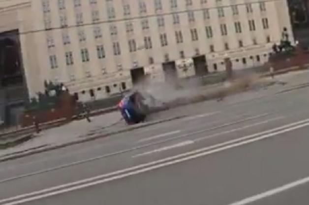 Каршеринговое авто на бешеной скорости перевернулось в центре Москвы