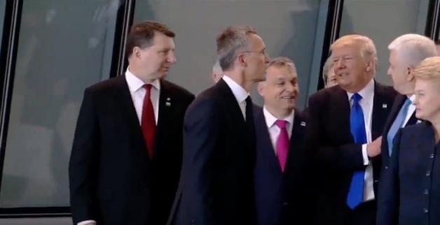 Трамп грубо отодвинул вставшего перед ним премьера Черногории