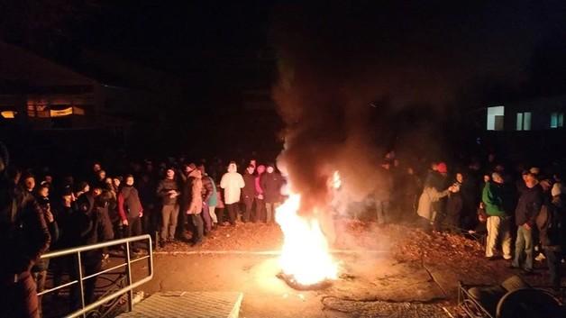 На Черниговщине под отделом полиции жгли шины из-за гибели школьника. В его убийстве подозревают детей судей