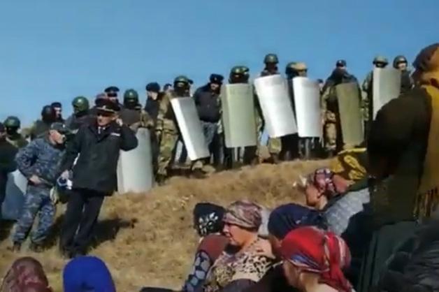 В Дагестане произошла массовая стычка силовиков с протестующими жителями