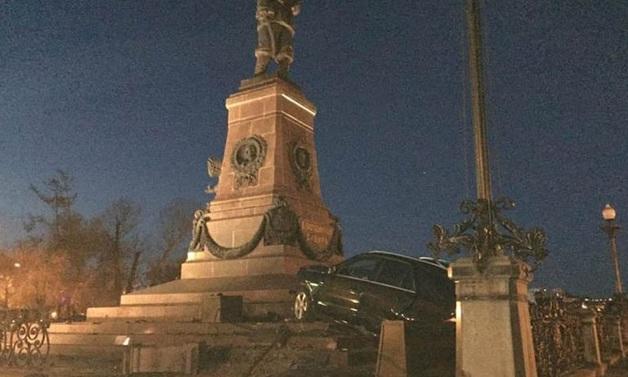 В Иркутске пьяный автохам «припарковался» на памятнике Александру III