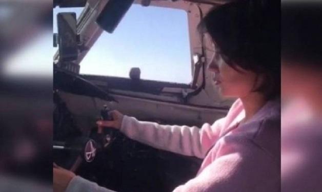 В Якутии пилот посадил свою девушку за штурвал летящего самолета. Полиция начала проверку