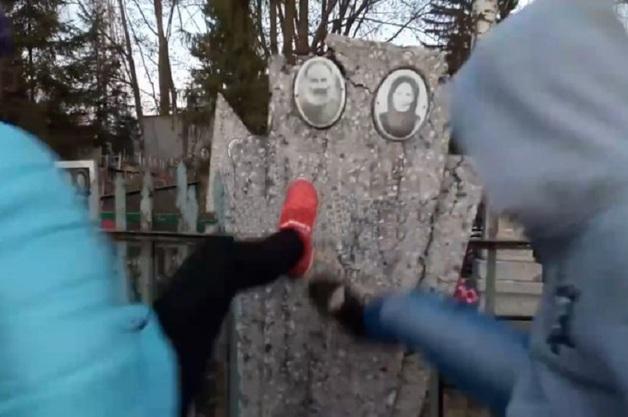 «Еще давай!» Под Курском три школьницы разгромили могилы, сняв процесс на видео