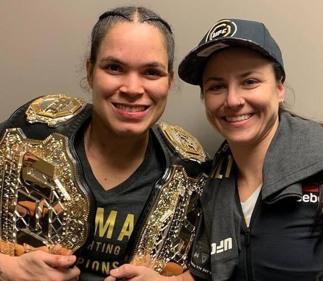 Знаменитая чемпионка-лесбиянка снялась голой, прикрывшись поясами UFC
