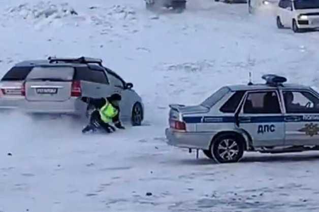 Водитель сбил сотрудника ГИБДД на закрытой ледовой переправе