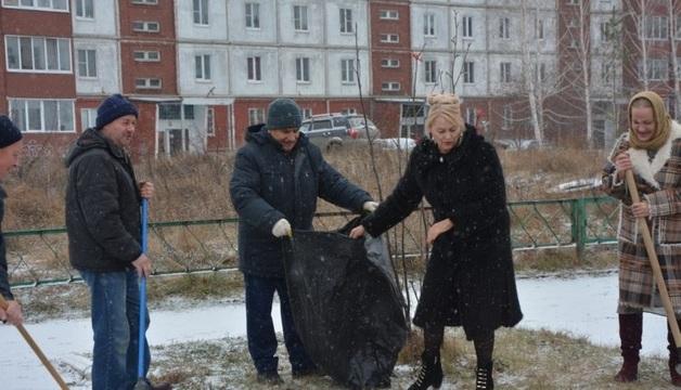 Депутат от «Единой России» пришла на субботник в шубе и на каблуках