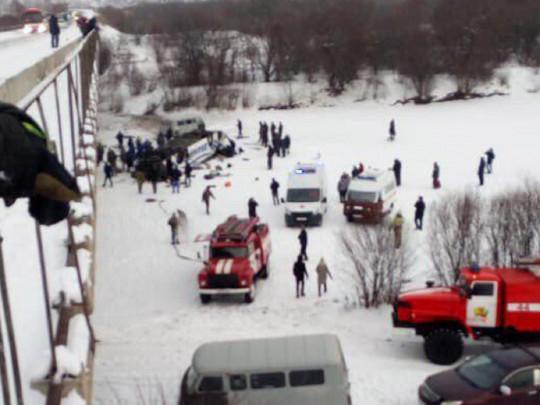 Появилось видео с места падения автобуса с моста в Забайкалье