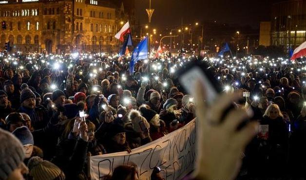 В разных городах Польши тысячи людей вышли на акции протестов