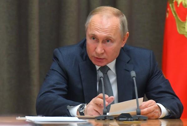 Путин разрешил использовать свастику