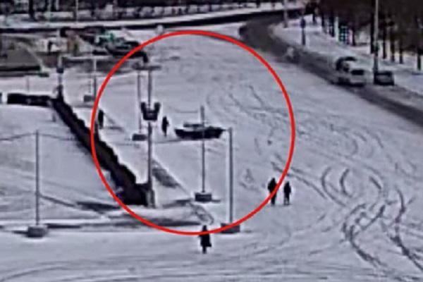 Россиянин подрифтил на городской площади, сбил женщину и попал на видео