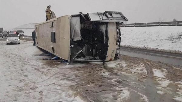 Автобус с пассажирами перевернулся на российской трассе